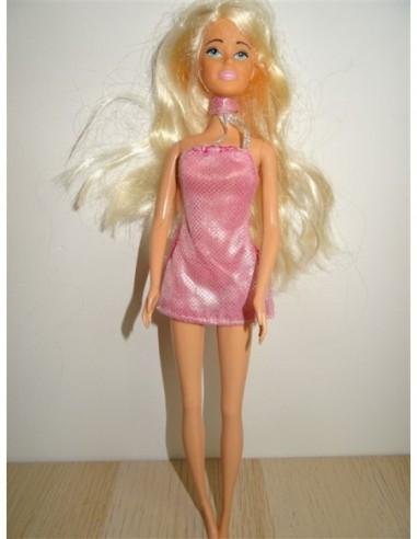 Papusica cu parul blond cu rochita roz