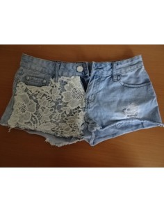 Pantaloni jeans scurti cu buzunar brodat